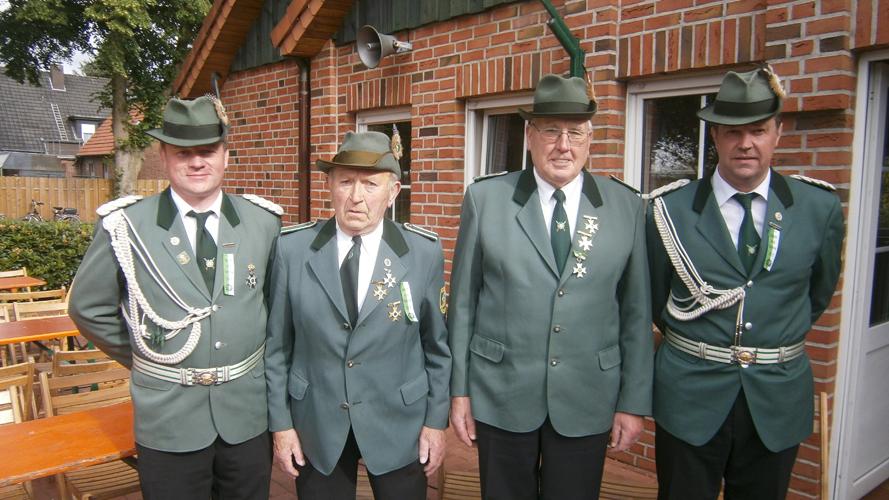 Otto Hackmann (Zweiter von links) und Anton Vehring (Zweiter von rechts) mit Adjutant Robert Roling (links) und Kommandeur Guido Schröer (rechts)