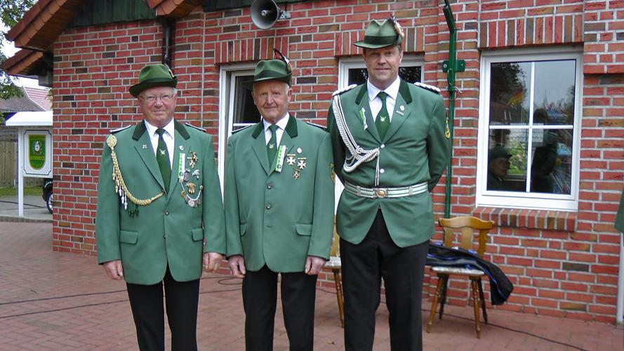 Clemens Kalmer (links) und Leo Roling (Mitte) mit Kommandeur Guido Schröer (rechts)