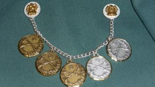 Bronzene und silberne Medaillen an der Kette