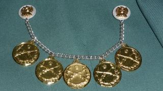 Goldene Medaillen an der Kette